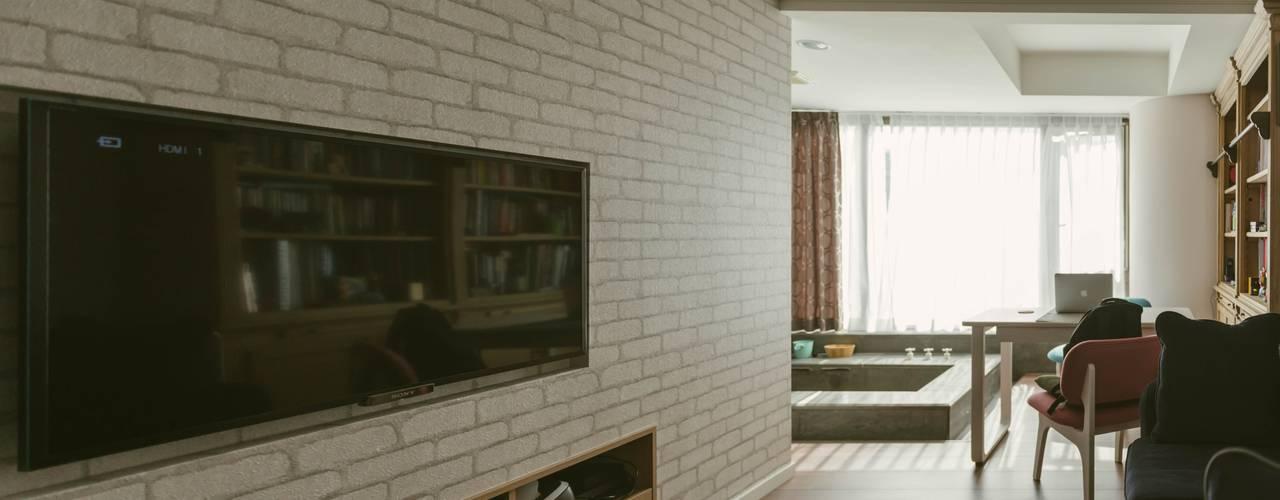 美式風格溫泉套房:  客廳 by 大觀創境空間設計事務所