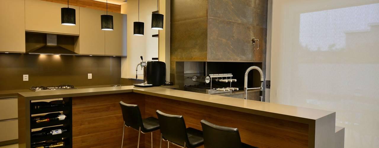Churrasqueira: Salas de jantar modernas por Stúdio Márcio Verza