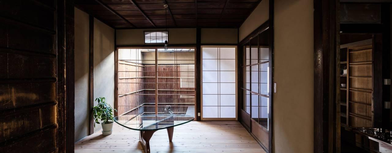 昭和小路の長屋: 山本嘉寛建蓄設計事務所 YYAAが手掛けたリビングです。
