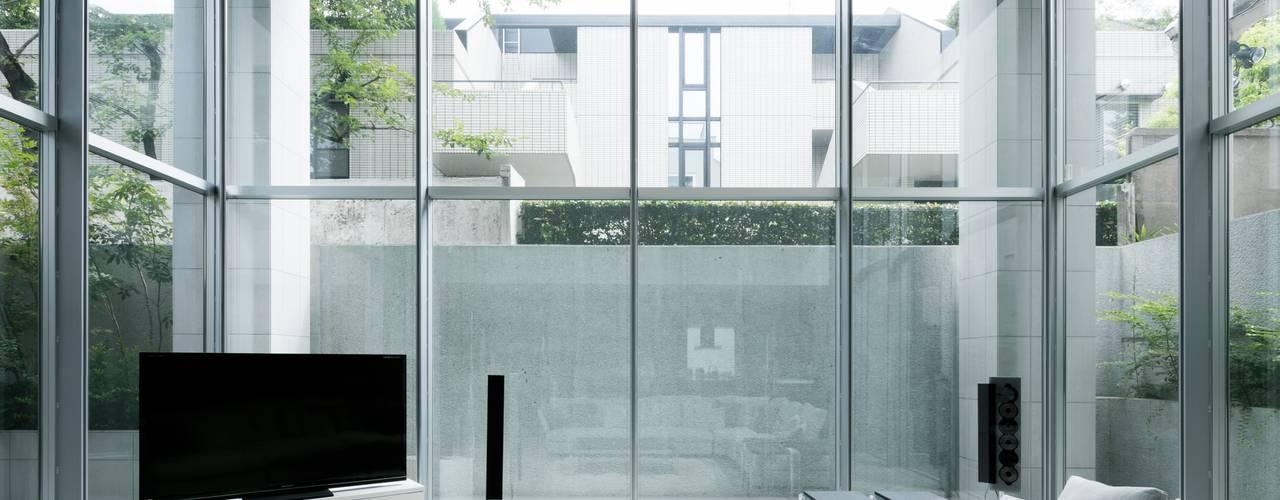 高輪台 建築家志望だった施主と協働して理想の住まいづくり House in Urban Setting 01 JWA,Jun Watanabe & Associates モダンデザインの リビング