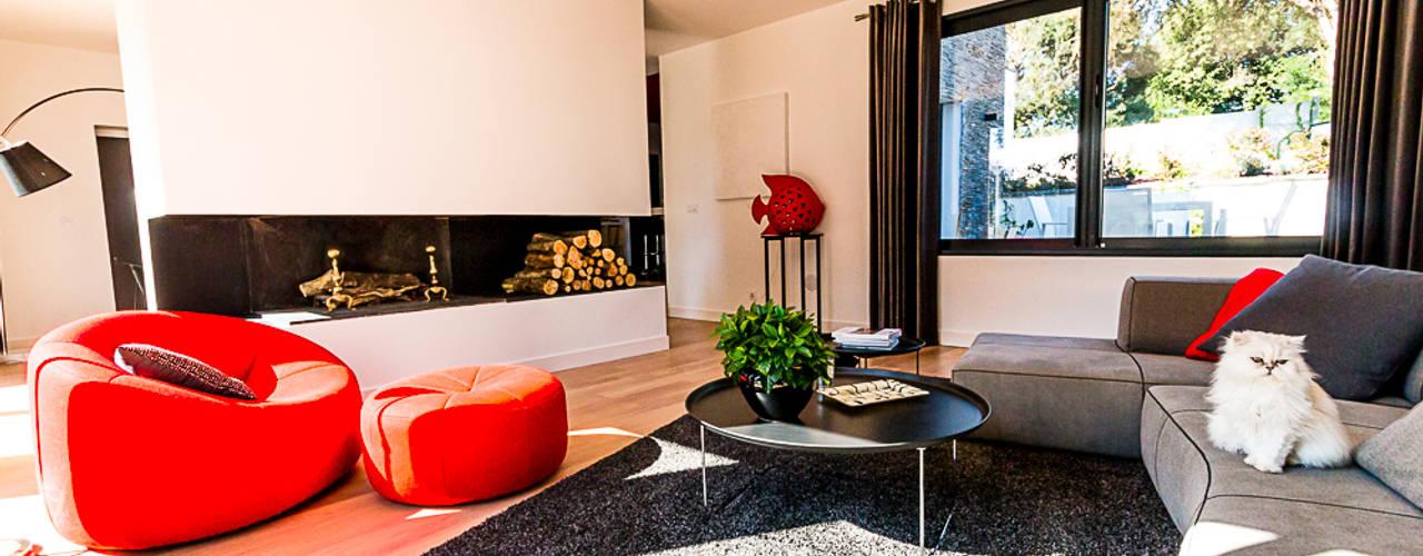 VILLA BORDEAUX Artigues: Salon de style  par Julie Chatelain, Moderne