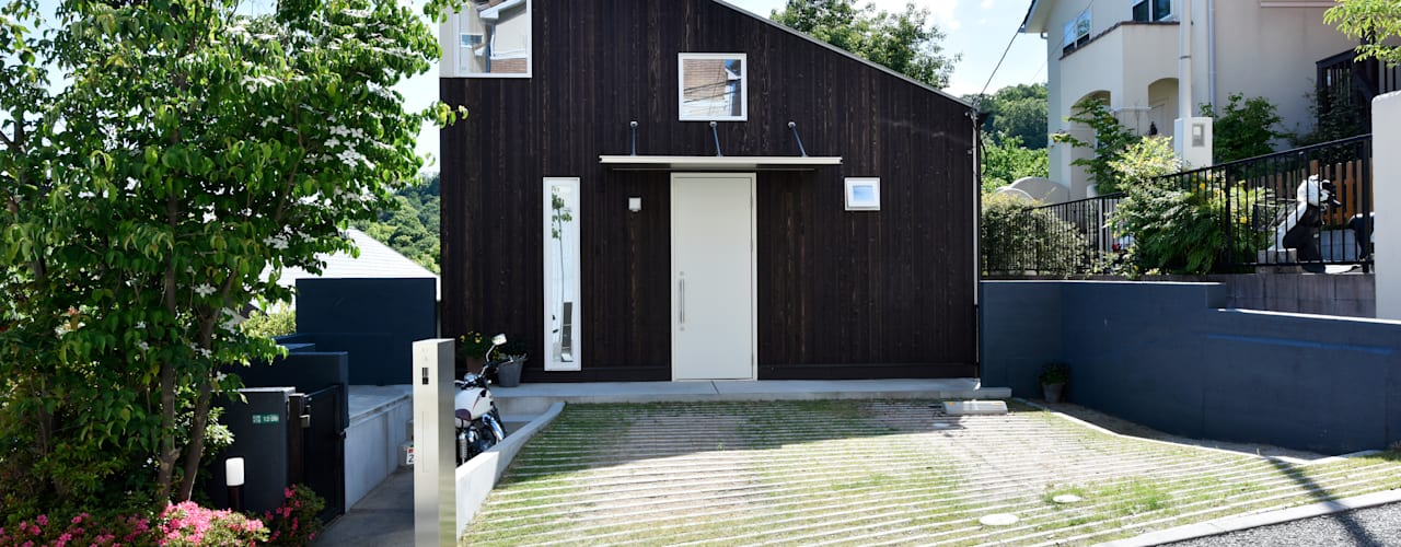 高低差を利用した 眺望最高なパッシブハウス: タイコーアーキテクトが手掛けた一戸建て住宅です。,モダン