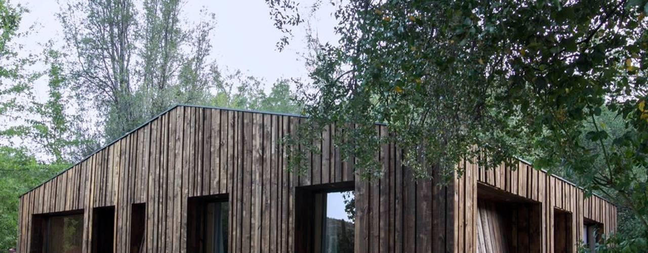 Casa envuelta en madera de Crescente Böhme Arquitectos Moderno