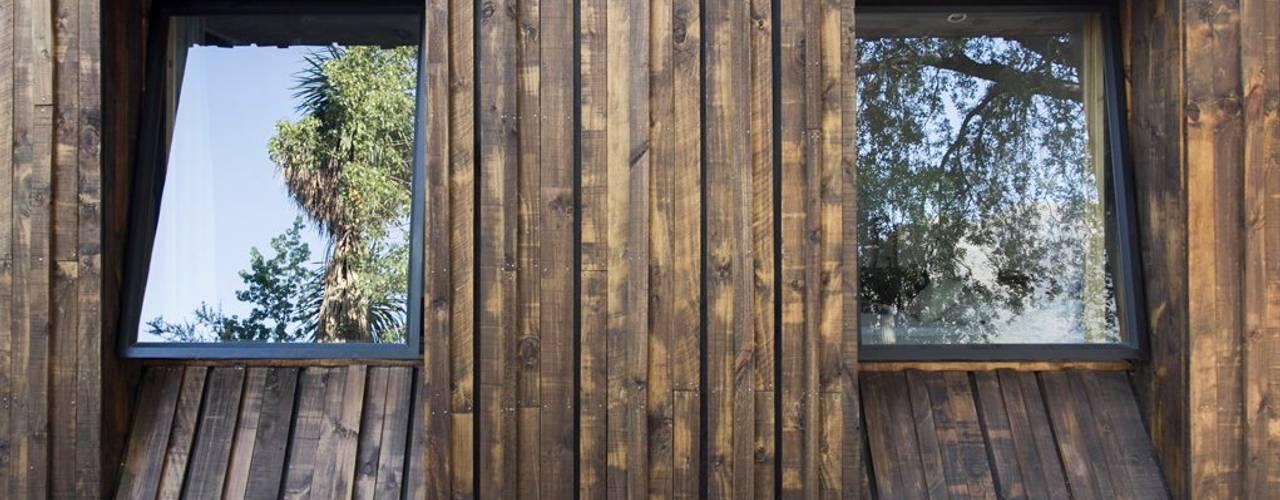Casa envuelta en madera de Crescente Böhme Arquitectos Minimalista