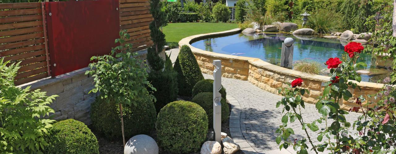Faszination Gartenteich - modern und verspielt:  Schwimmteich von RAUCH Gaten- und Landschaftsbau GbR,