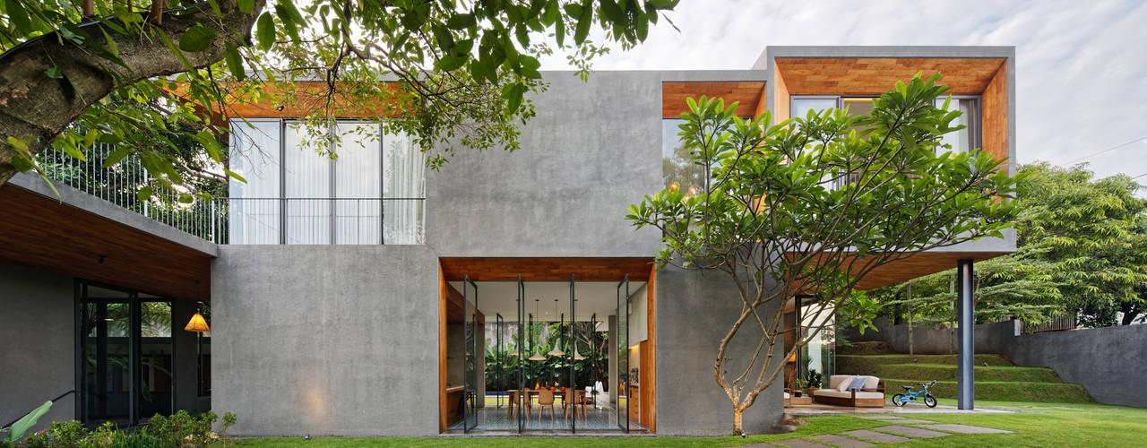 Nhà phong cách nhiệt đới bởi Tamara Wibowo Architects Nhiệt đới