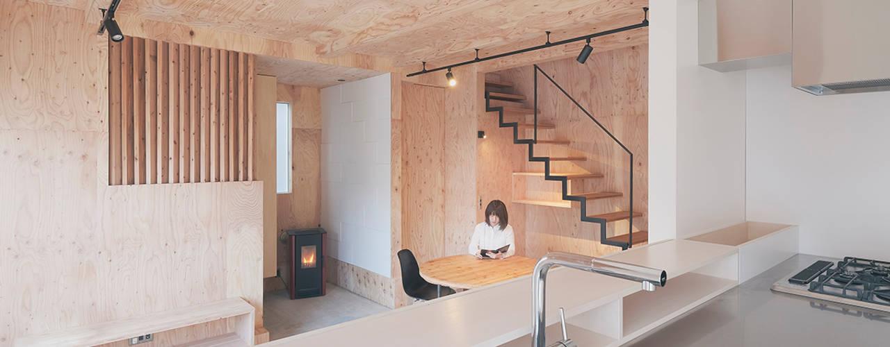 キッチンからLD方向を望む: 一級建築士事務所 Atelier Casaが手掛けたリビングです。