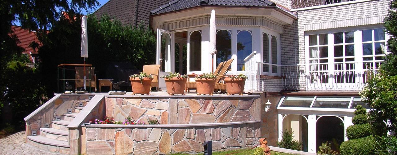 Wohnzimmer-Anbau mit Terrasse und Baywindow: klassische Wohnzimmer von Meyerfeldt Architektur & Innenarchitektur