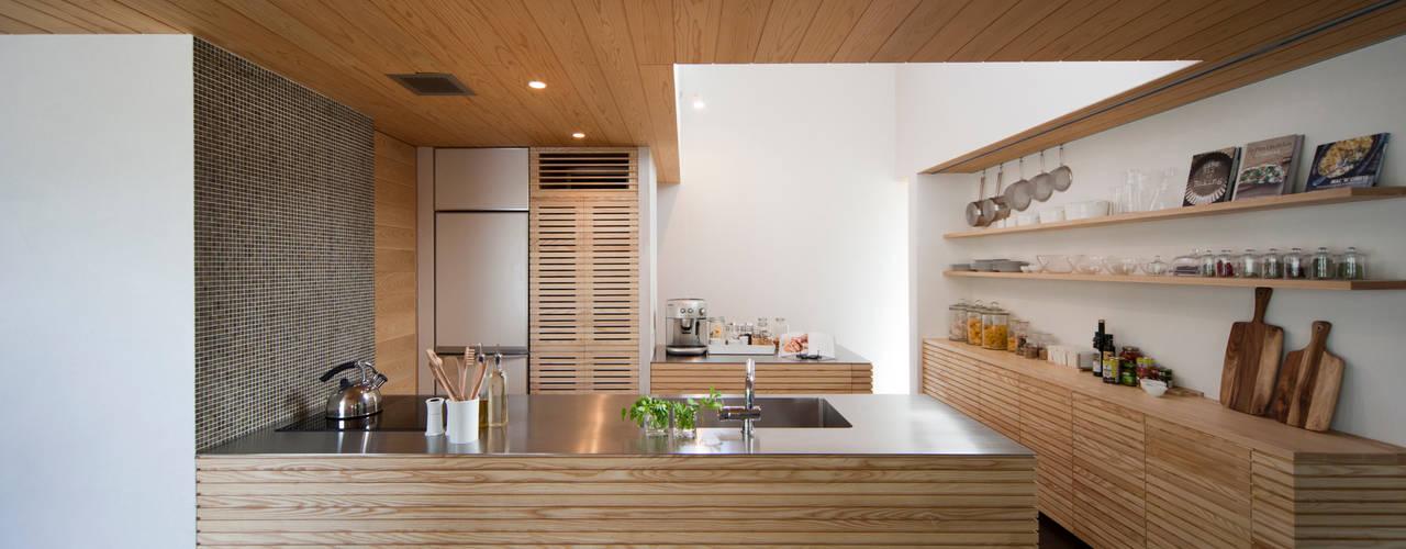 """グリーンビューがもたらす開放感 くつろぎ""""をデザインした家 kisetsu 和風の キッチン"""