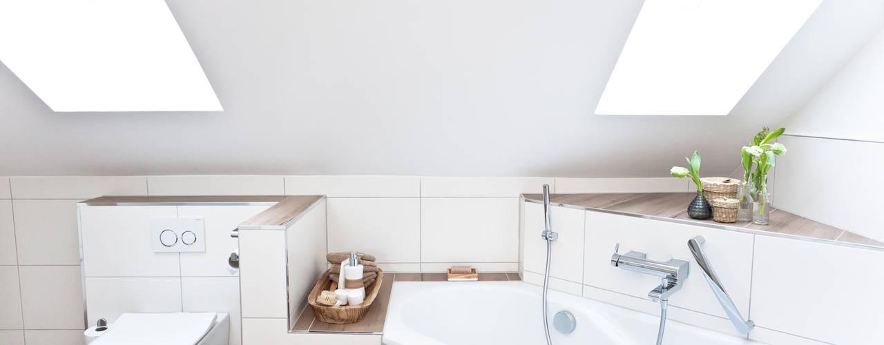 Helles Dachbadezimmer elegant gelöst! Banovo GmbH Moderne Badezimmer Keramik Weiß