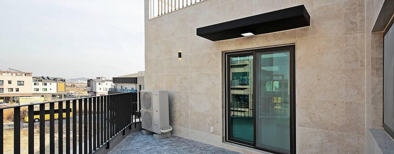 Balcone, Veranda & Terrazza in stile moderno di 피앤이(P&E)건축사사무소 Moderno