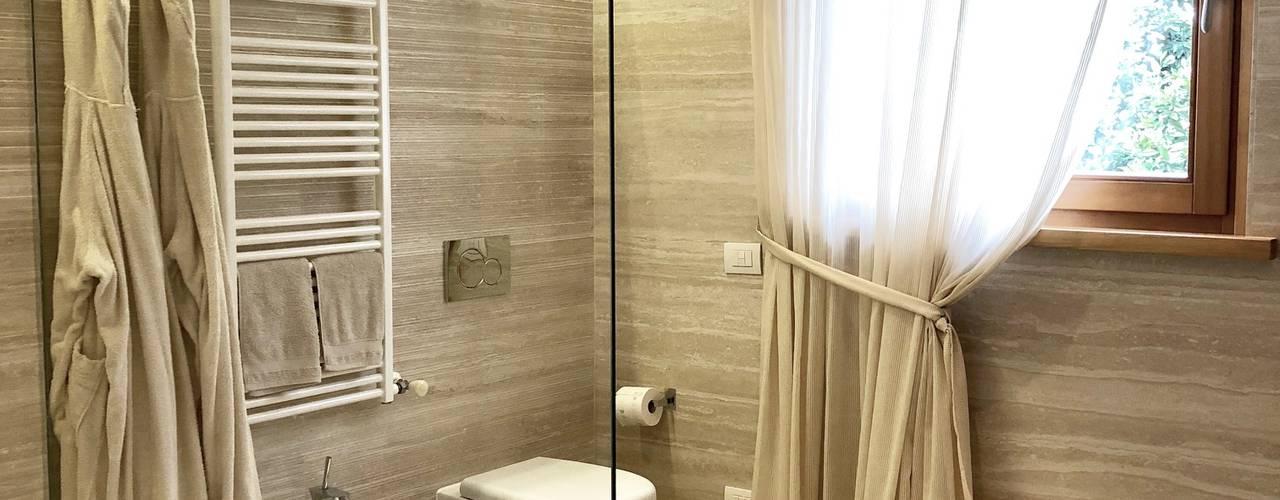 Bagno accessibile e di charme Arch. Silvana Citterio Bagno moderno Ceramica Beige