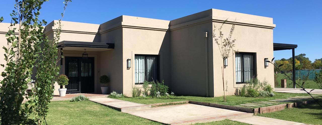 CASA CLASICA EN HARAS SAN PABLO: Casas unifamiliares de estilo  por Estudio Dillon Terzaghi Arquitectura