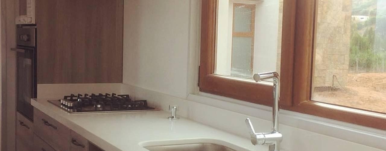 Mueble lavaplatos y Columna Hornos cocina. Vivienda Lt37 Premium 125m2 Fundo Loreto.: Muebles de cocinas de estilo  por Territorio Arquitectura y Construccion