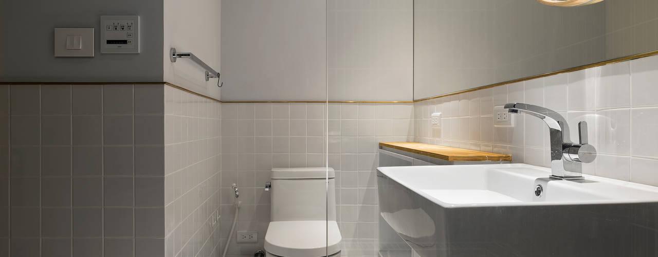 Ronn Residence 平面設計師的家 現代浴室設計點子、靈感&圖片 根據 Studio In2 深活生活設計 現代風