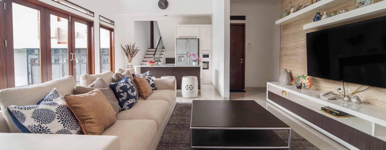 Greta90:  Ruang Keluarga by INTERIORES - Interior Consultant & Build