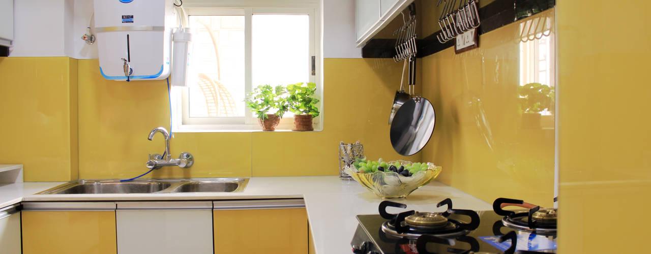4 BHK Apartment of Mr Sachin Tulsyan Kolkata:  Built-in kitchens by Cee Bee Design Studio