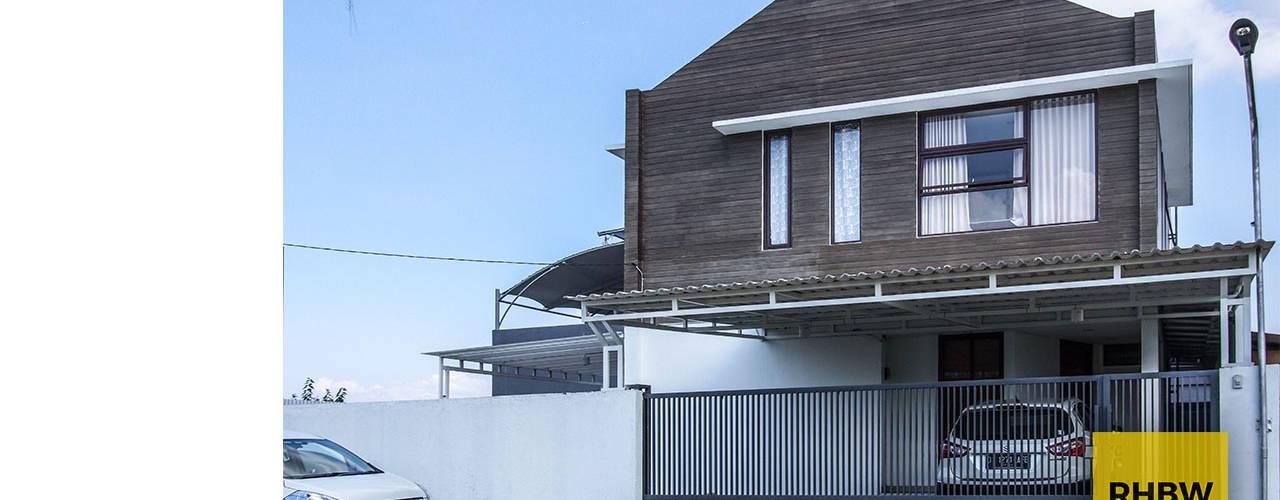 Rumah Bukit Ligar, Bandung: Dinding oleh RHBW,