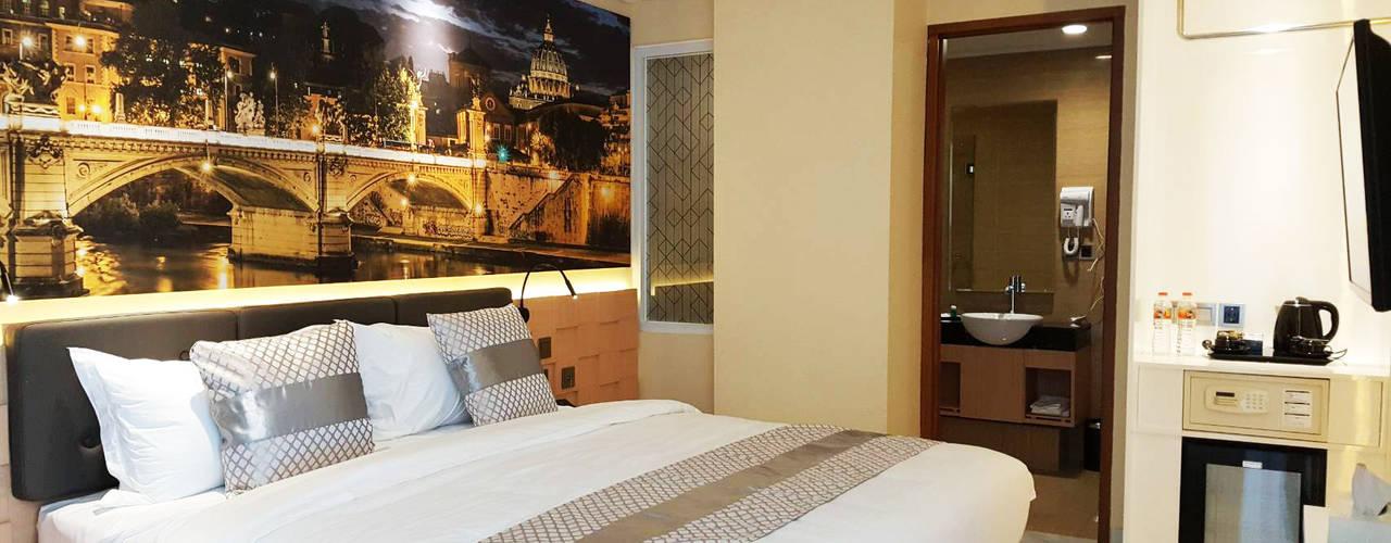Tempat Tidur dengan Headboard yang Artistik:  Hotels by Likha Interior