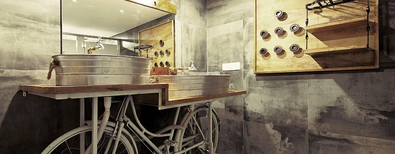 AGENT JACK VEERA DESAI:  Bathroom by smstudio