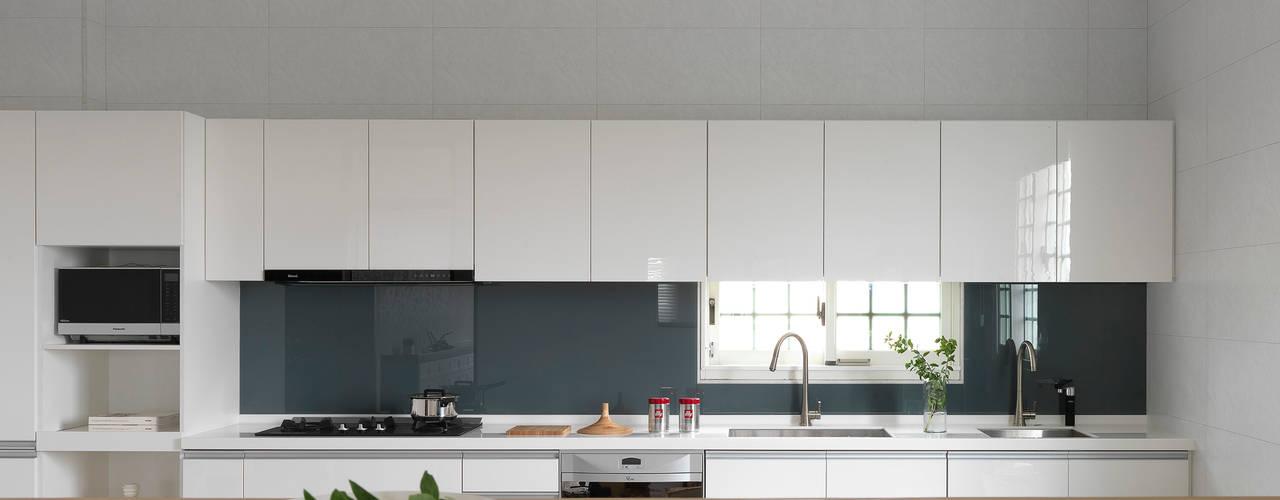 Nhà bếp phong cách hiện đại bởi 夏沐森山設計整合 Hiện đại