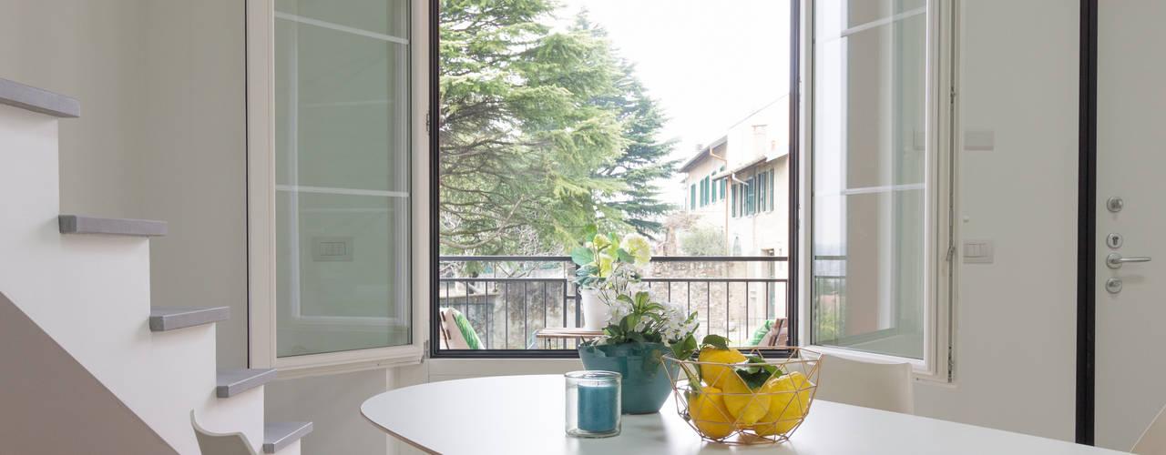 """Home staging trilocale in vendita """"I Giardini di Casbeno"""" Varese Cucina moderna di Boite Maison Moderno"""