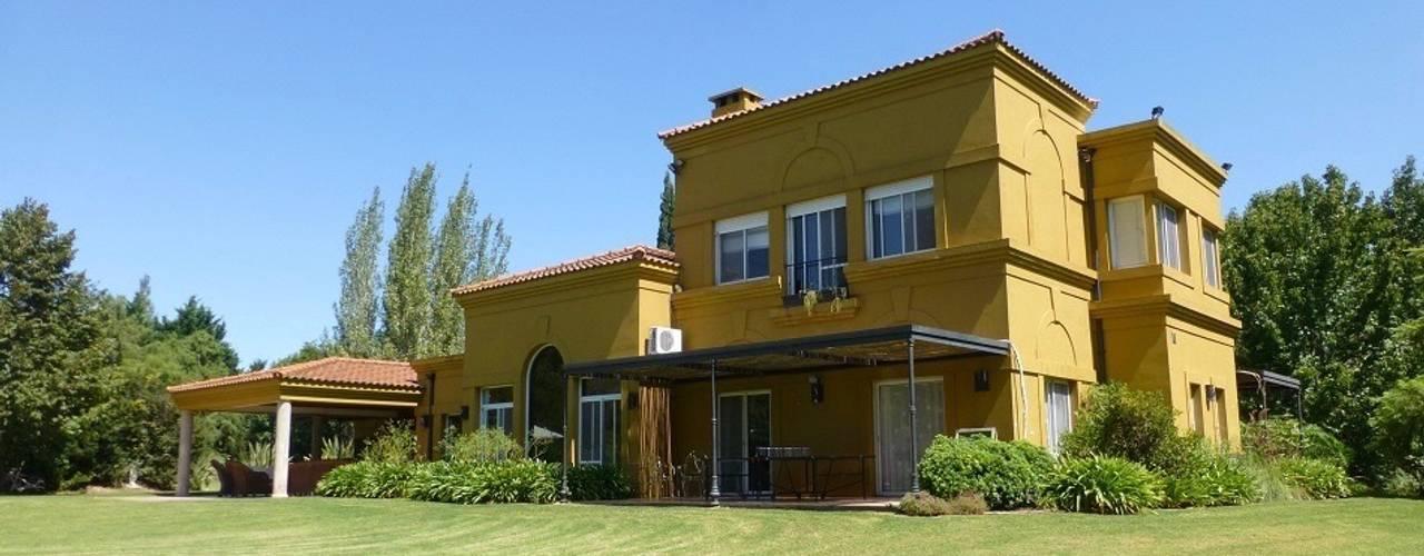 Fachada: Casas unifamiliares de estilo  por Estudio Dillon Terzaghi Arquitectura