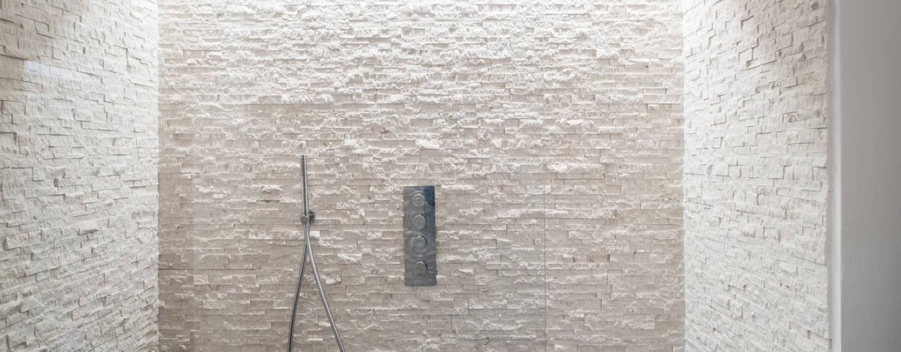 Ristrutturazione di un sotto-tetto nei pressi di Urbino QUADRASTUDIO Bagno moderno Pietra Bianco