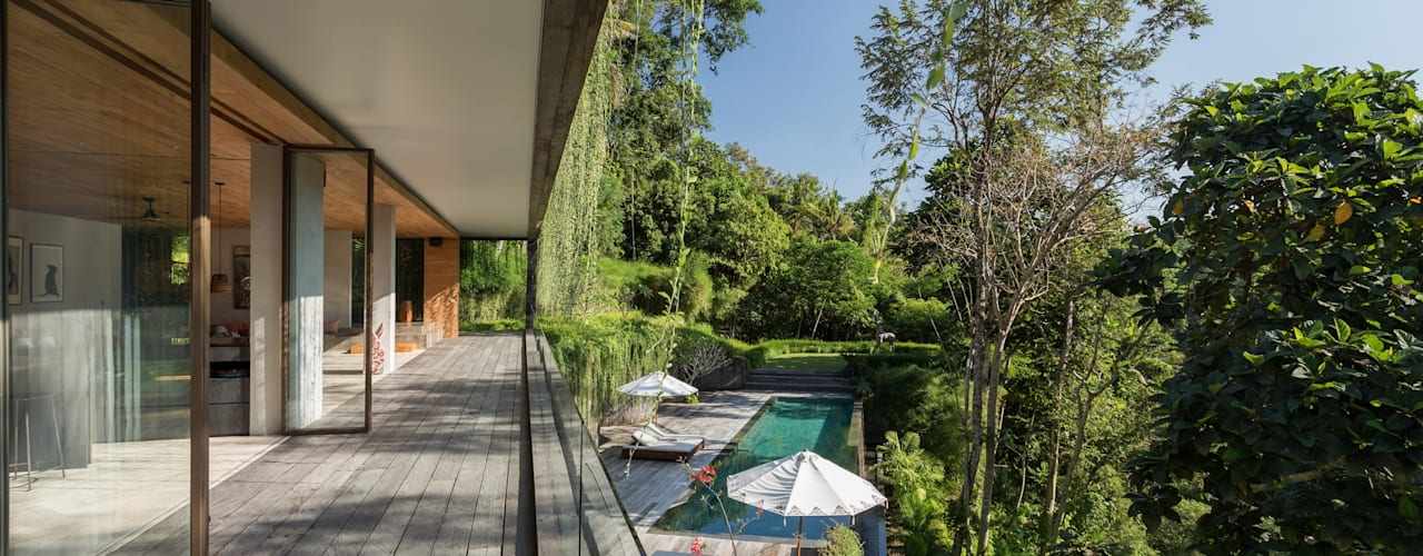 Chameleon Villa Bali Word of Mouth House Tropical style corridor, hallway & stairs