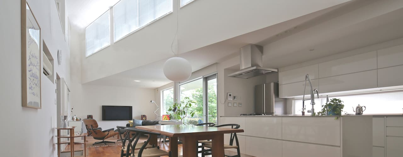 狭山:こだわりを持つ若夫婦のための家: JWA,Jun Watanabe & Associatesが手掛けたリビングです。
