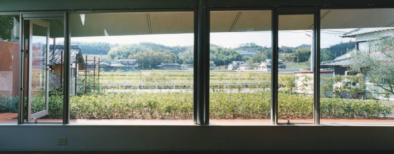 グランドピアノのある住まい:吉備の家: JWA,Jun Watanabe & Associatesが手掛けたリビングです。