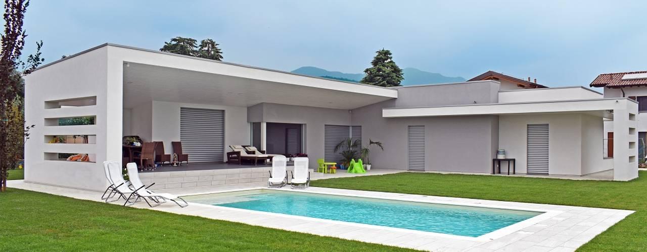 Costruzione villa moderna in legno con piscina a bergamo for Case moderne con piscina