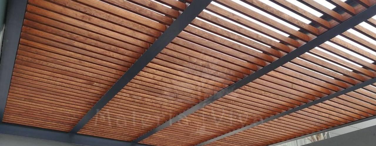 Pérgola híbrida y terraza moderna: Terrazas de estilo  por Materia Viva S.A. de C.V.,