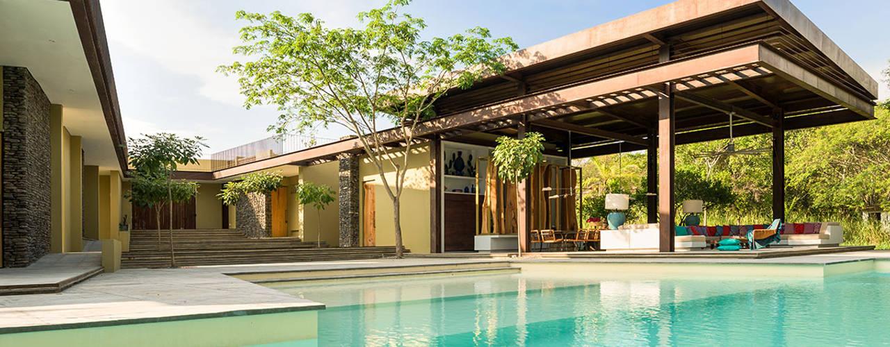 Casa Mesa de Yeguas X-13: Piscinas infinitas de estilo  por NOAH Proyectos SAS, Minimalista