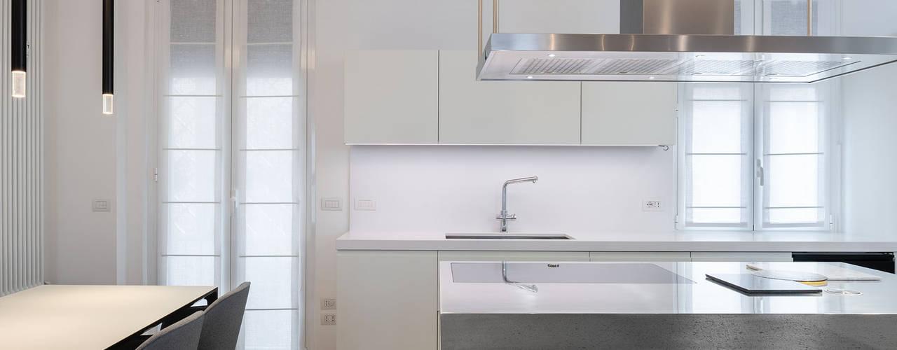 La cucina open-space: Cucina attrezzata in stile  di Patrizia Burato Architetto