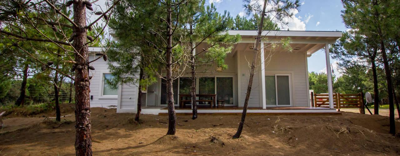 Casa modular en el barrio de Costa Esmeralda: Casas unifamiliares de estilo  por JOM HOUSES