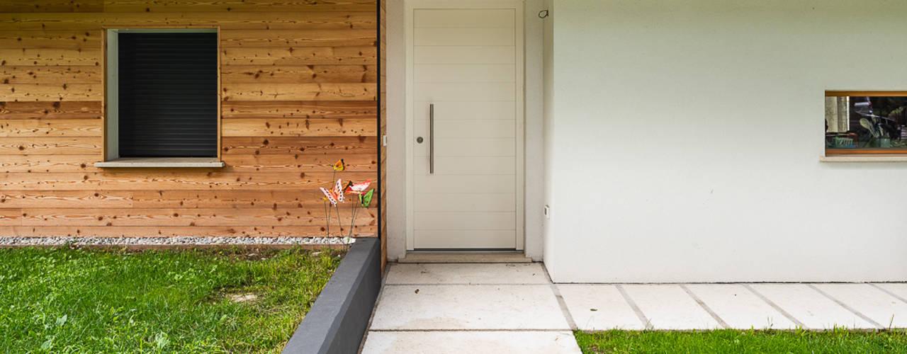 Piccoli grandi spazi abitativi Woodbau Srl Ingresso, Corridoio & Scale in stile classico Legno Bianco