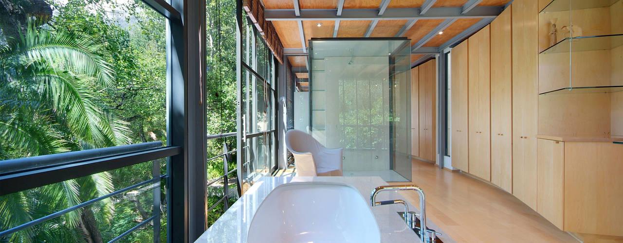 Tree House, Higgovale Van der Merwe Miszewski Architects Modern bathroom Stone White