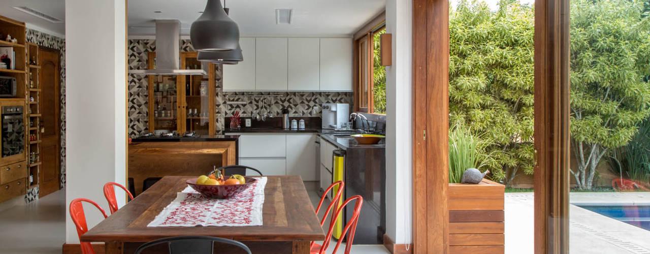Kitchen by Raquel Junqueira Arquitetura, Rustic