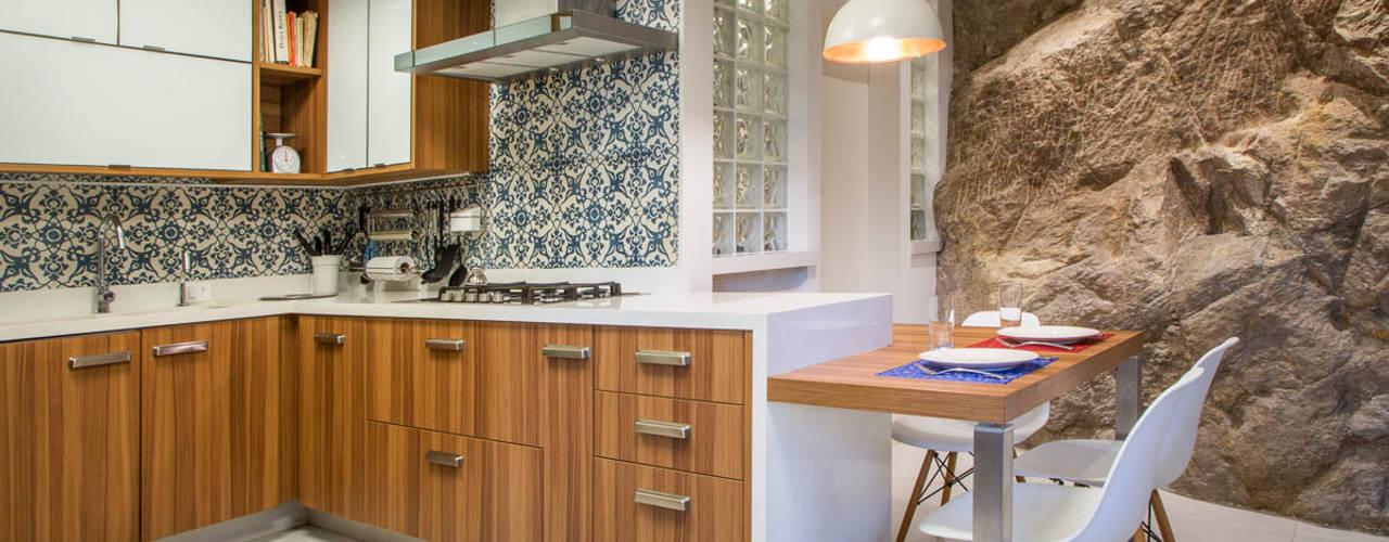 Modern style kitchen by Raquel Junqueira Arquitetura Modern