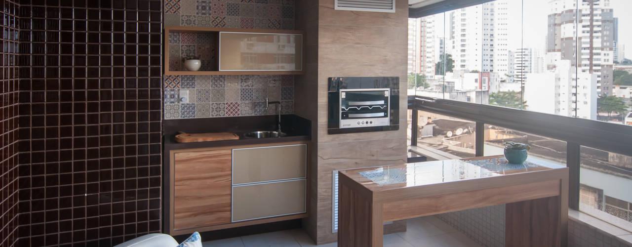 Terrazza in stile  di Bernal Projetos - Arquitetos em Salvador