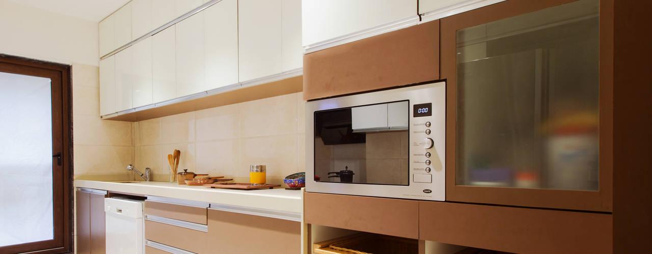 Residential apartment, Santacruz : modern Kitchen by Urbane Storey