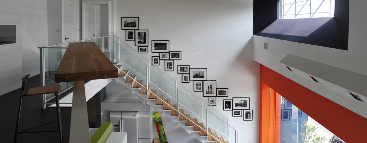 室內設計  麗爵廚具體驗館:  樓梯 by 黃耀德建築師事務所  Adermark Design Studio, 現代風