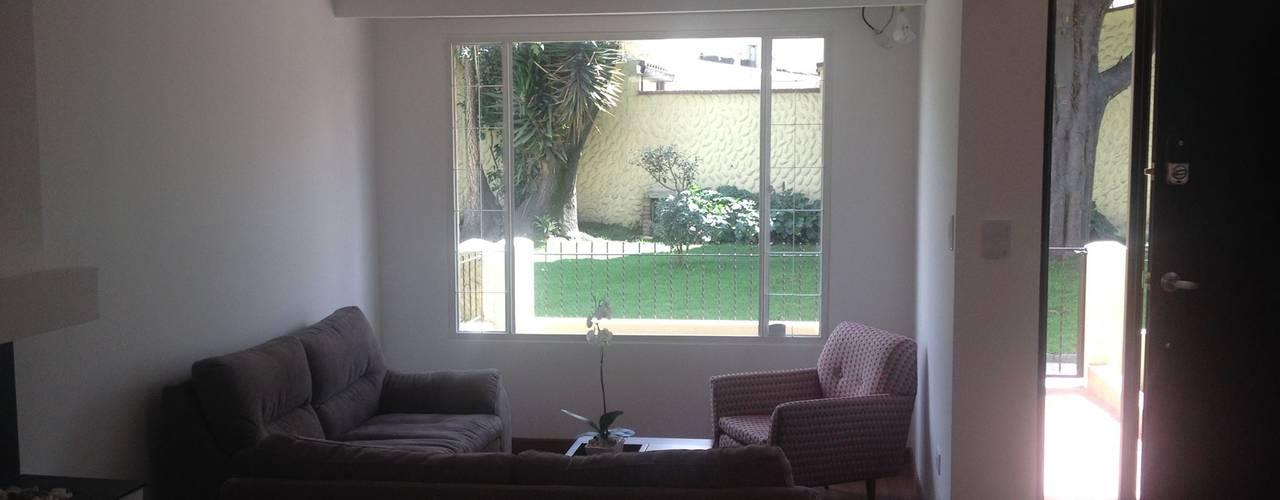 Casa beige de dos pisos Salas de estilo clásico de Erick Becerra Arquitecto Clásico