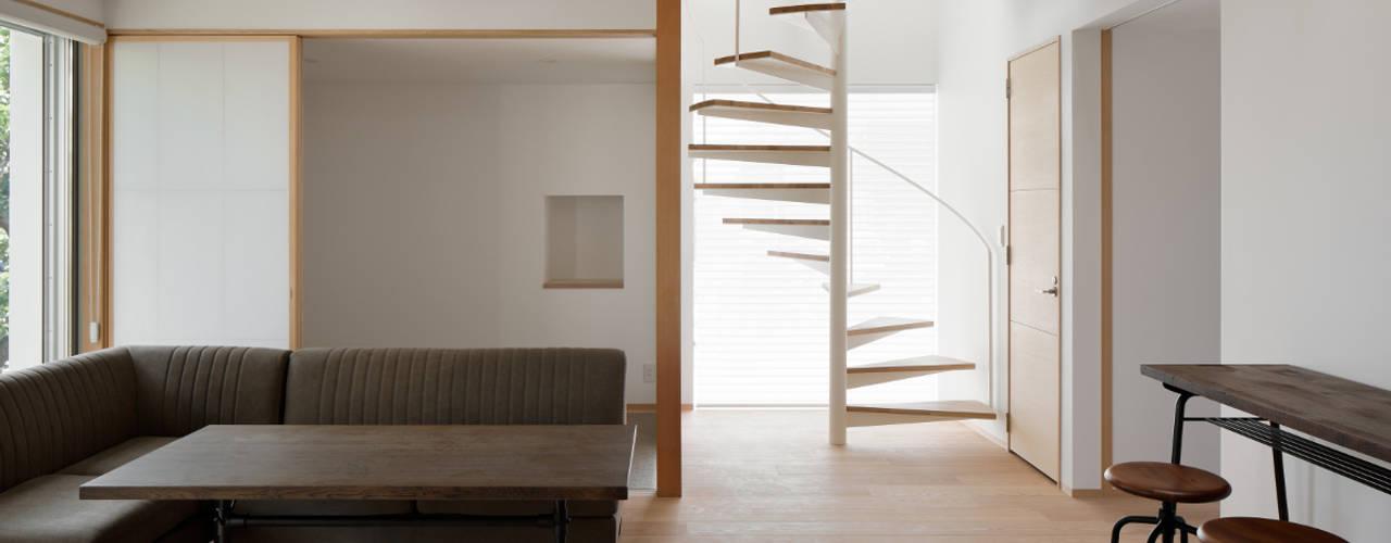 らせん階段: atelier137 ARCHITECTURAL DESIGN OFFICEが手掛けたリビングです。