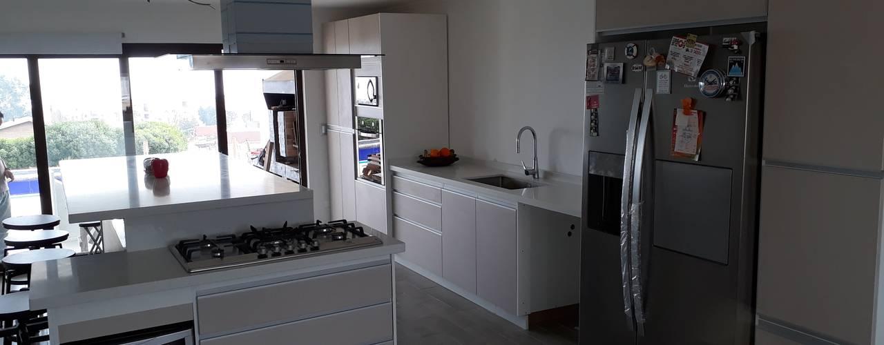 proyectos en mantagua: Cocinas equipadas de estilo  por isabella cocinas