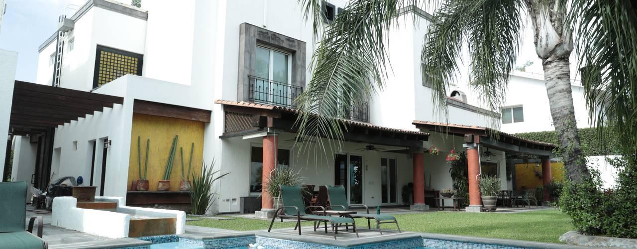 Residencia Alarcón: Casas unifamiliares de estilo  por Tierra Fría