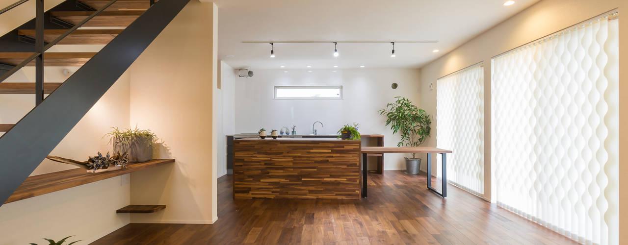 コンパクトで回遊性のある家: KAWAZOE-ARCHITECTSが手掛けたリビングです。