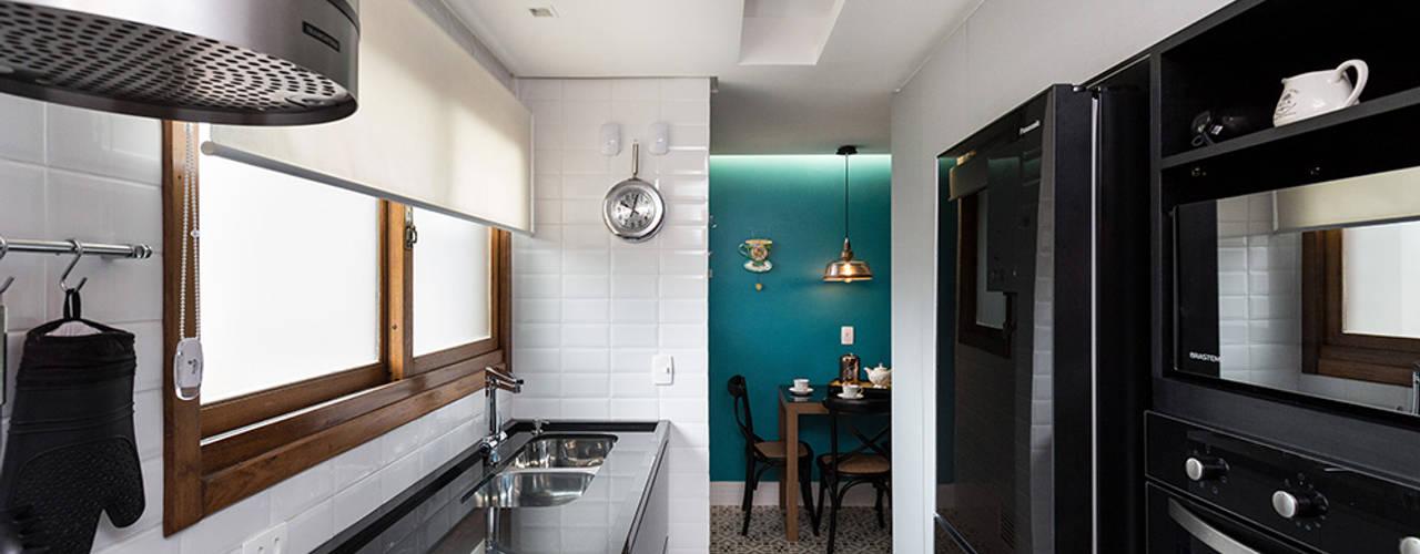 """Cozinha Moderna com """"Ar Retrô"""" por Rabisco Arquitetura Moderno"""