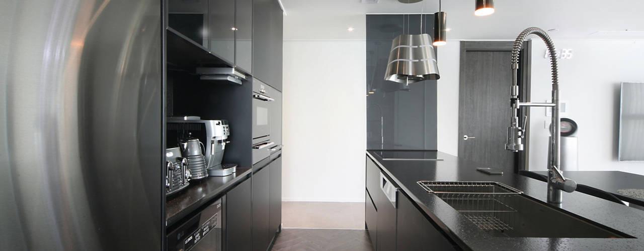 Modern kitchen by 이즈홈 Modern